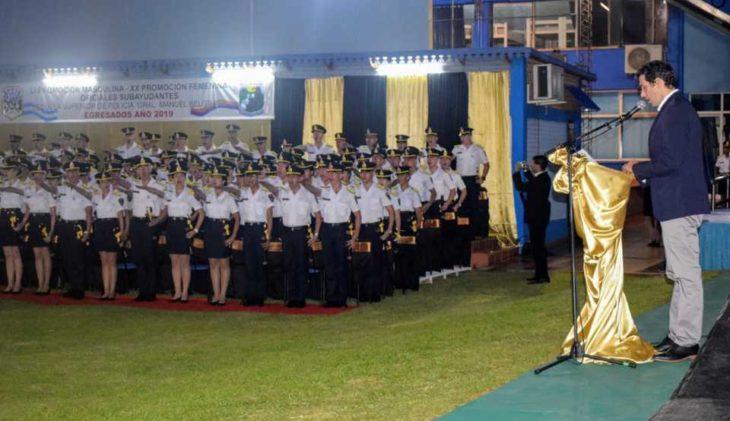 El ministro Pérez tomó juramento a los nuevos oficiales de la Policía y los instó a «honrar el uniforme»