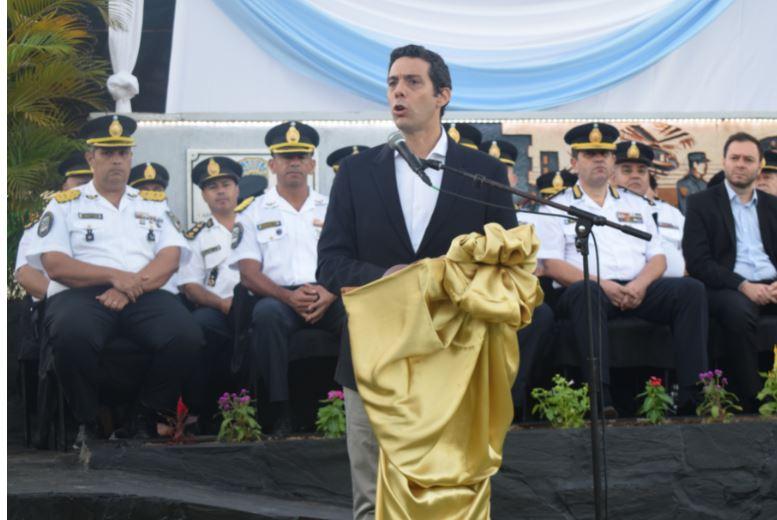 """El ministro Pérez tomó juramento a los nuevos oficiales de la Policía y los instó a """"honrar el uniforme"""""""
