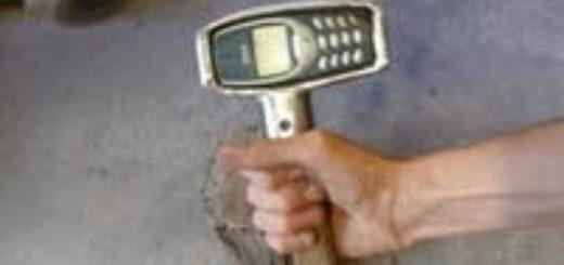 Video: fabricó un martillo con un celular retro y se hizo viral