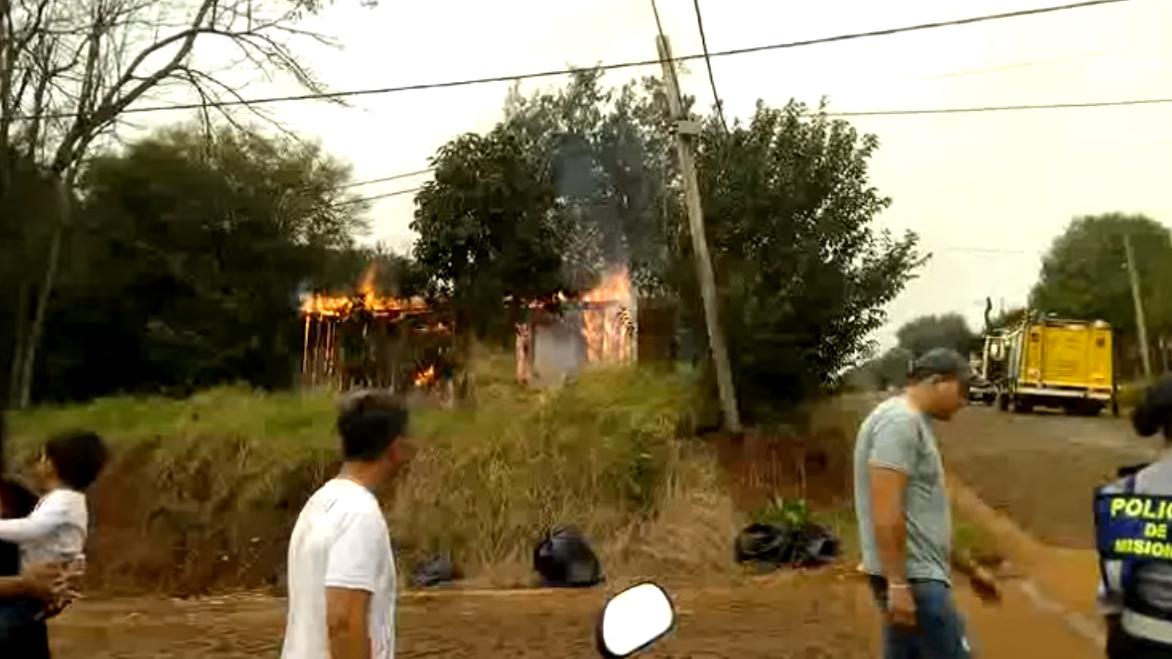 A un abuelo de Alem se le quemó la casa y tuvo que vivir bajo un árbol