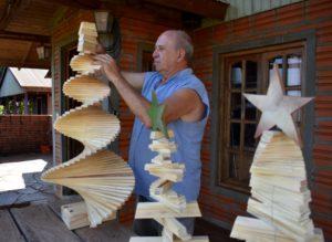 #NavidadNatural: arbolitos artesanales en madera de pino, desde Santa Ana a distintos puntos del país