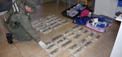 Dos pasajeros ocultan 26 kilos de marihuana en su equipaje y son detenidos