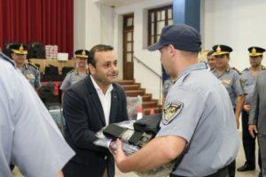 """El gobernador Herrera Ahuad entregó uniformes y equipamientos a policías y pidió seguir en el camino de la """"humanización"""""""