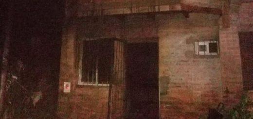 En Posadas, una joven dormía con su beba y una vela cayó sobre la cama: se incendió la casa y murió la madre