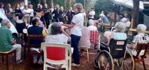 Eldorado: deleitaron con canciones navideñas a los abuelos de los hogares