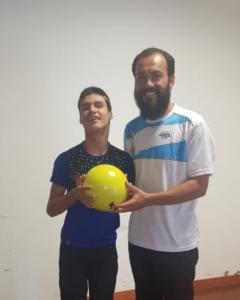 Andresito: Adolescente no vidente que sueña con ser futbolista recibió una pelota adaptada