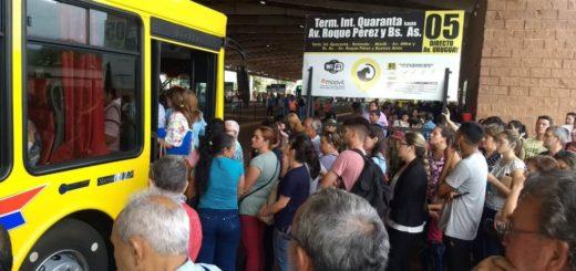 La terminal de transferencia Quaranta repleta de pasajeros: usuarios del transporte público advierten reducción de frecuencias