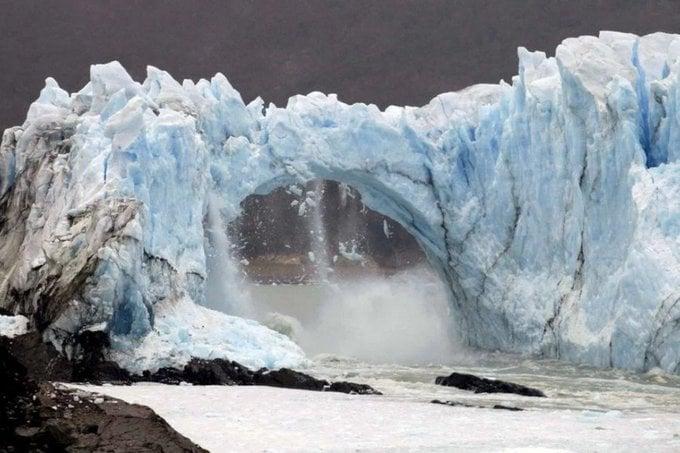 Se adelantó el último desprendimiento del glaciar Perito Moreno y frente a muy pocos testigos rompió en forma inusual