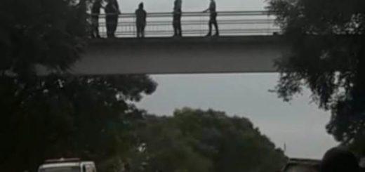Policías evitaron que una jovencita se arrojara de un puente en Jardín América