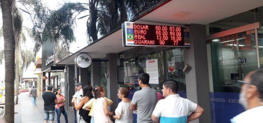 """Argentinos buscan nueva """"bicicleta"""" cambiaria en la frontera para evitar el impuesto del 30% a lascompras de monedas extranjeras"""