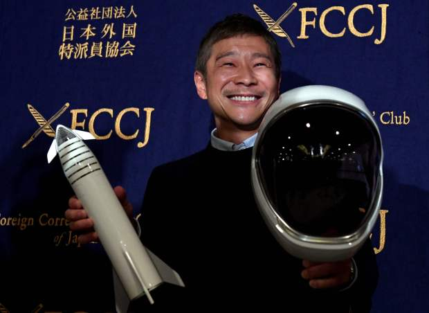 Un multimillonario japonés busca novia para un viaje espacial en cohete