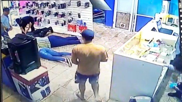 Cinco delincuentes armados asaltaron un local de venta de celulares en Garupá