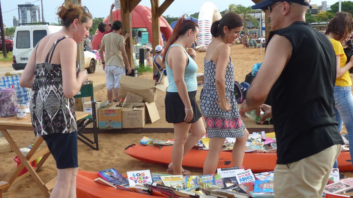 """El proyecto """"Un libro para Todos"""" desembocó en la playa """"El Brete"""" de Posadas"""
