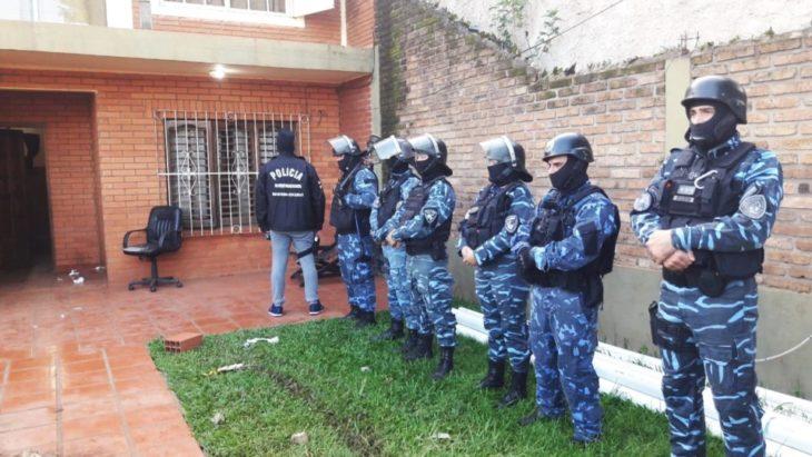 Sospechosos de estafa telefónica en Chubut fueron localizados en Posadas: la Policía encontró plata y celulares tras dos allanamientos