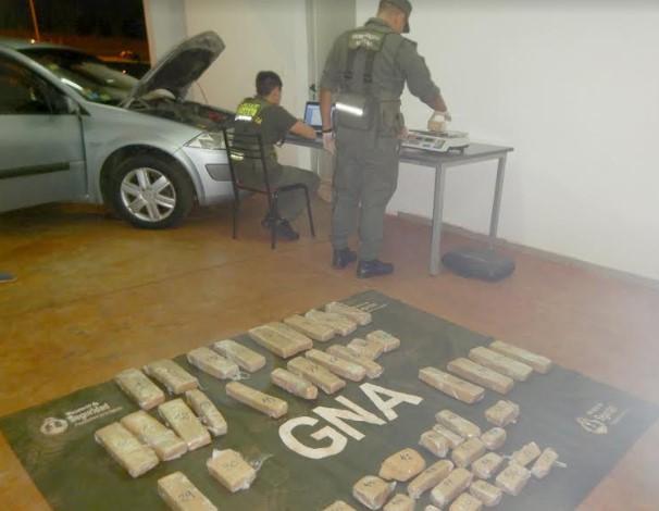 En dos procedimientos intentaron ingresar al país, por Misiones, con 81 kilos de marihuana ocultos en automóviles