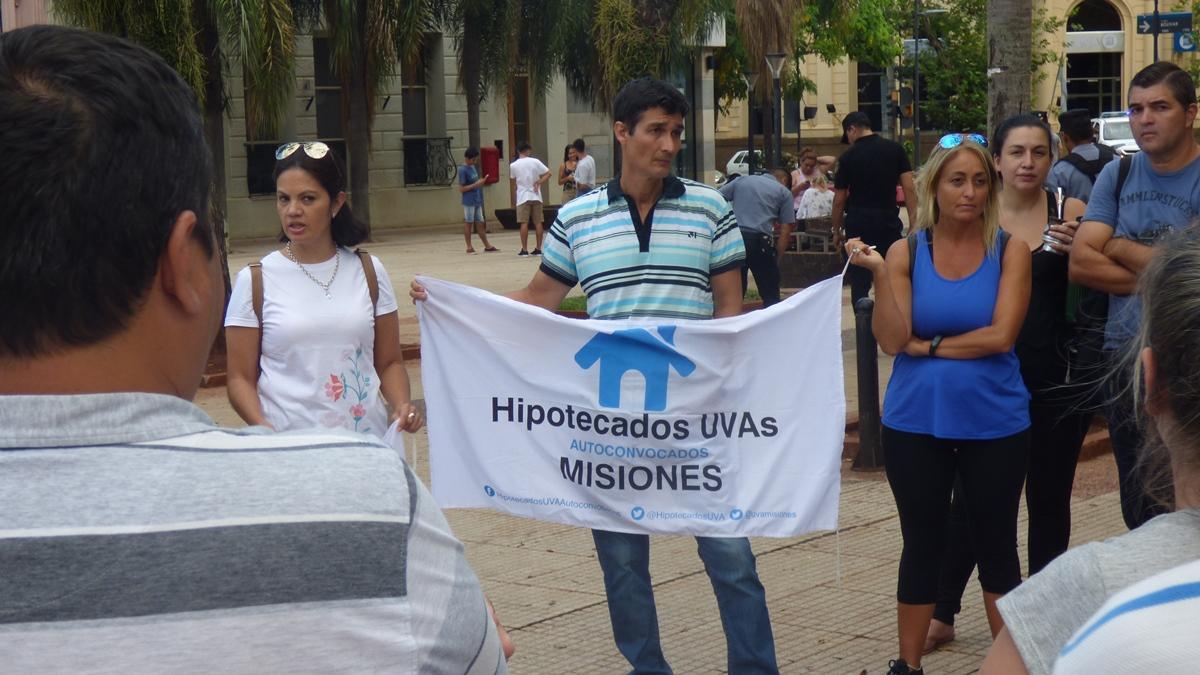 Créditos UVA: usuarios afectados realizaron una manifestación en Posadas, en contra de la disposición de Nación de descongelar las cuotas