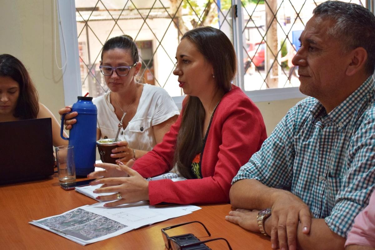 Mediante un trabajo conjunto, la Defensoría, la Municipalidad y el Iprodha asisten a vecinos del barrio Santa Cecilia de Posadas