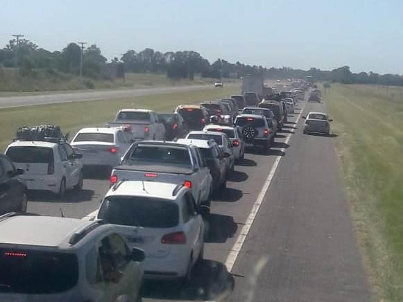 Éxodo a la Costa Atlántica: el recambio genera demoras en la Ruta 2 por los miles de turistas que eligen las playas argentinas