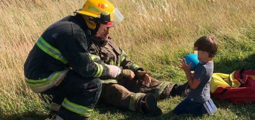 Viral: la conmovedora imagen de un bombero jugando con un nene tras un violento accidente