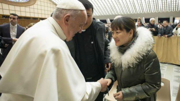 Santo perdón: el Papa recibió a la mujer china a la cual maltrató cuando intentó saludarlo