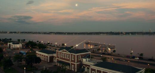 Atardecer posadeño: la Luna sobre el Paraná despide una jornada muy calurosa en todo Misiones