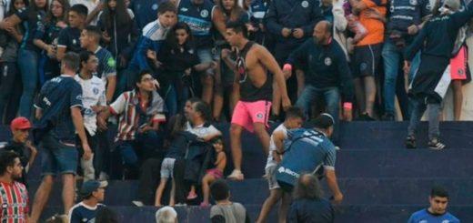 Nuevamente la violencia ganó en el fútbol: suspendieron un partido cuando la barra ingresó a la tribuna con facas y armas de fuego