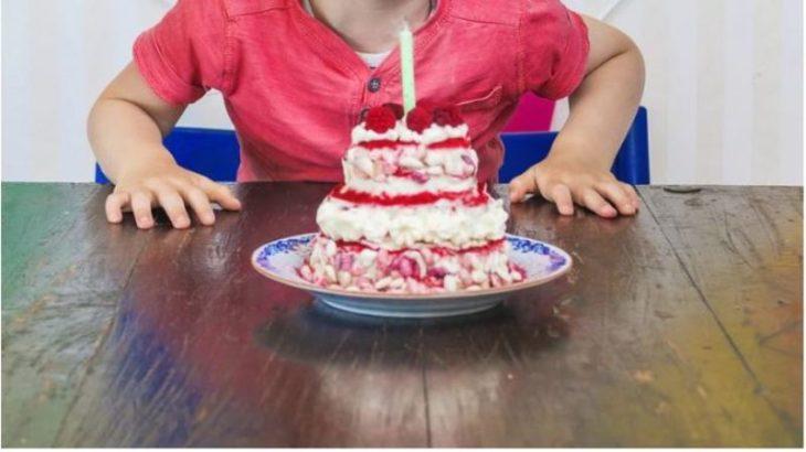 """Festejó sus 5 años y solo fueron 6 compañeritos, su tía hizo un descargo en Twitter que se volvió """"viral"""": la reacción del nene y la foto de la torta"""