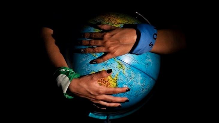 Comunicadora argentina fingió un embarazo e investigó a una red internacional que busca impedir abortos mediante la manipulación