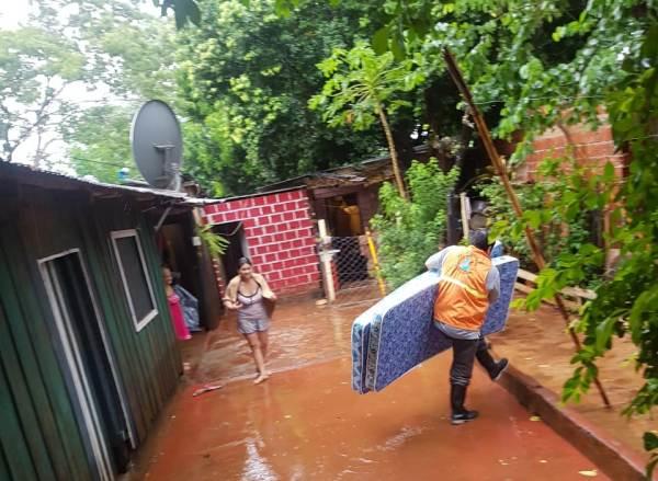 Las fuertes lluvias provocaron inundaciones y afectaron a varias viviendas de Posadas y Garupá