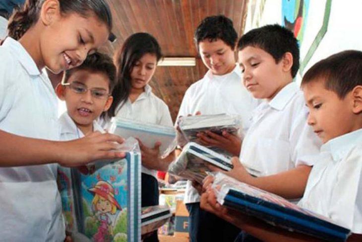 Desde el Ministerio de Hacienda recordaron que este viernes abonarán la ayuda escolar con el incremento del 50%