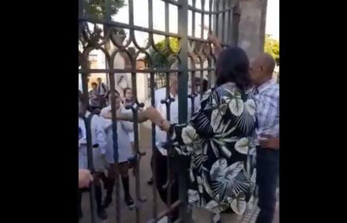 Santo Tomé: padres se enfrentaron con las autoridades de un colegio porque no dejaban entrar a sus hijos que venían del «UPD»