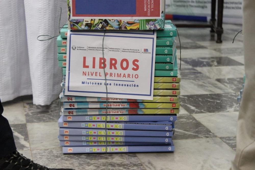 """Oscar Herrera Ahuad lanzó el programa Misiones lee Innovación invitando a la comunidad """"a nutrirse de estos libros para tener una cultura diferente"""""""