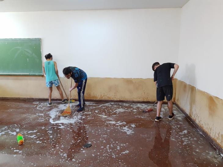 Alumnos de la Epet N°6 de Eldorado pintaron y limpiaron la escuela antes del comienzo de las clases