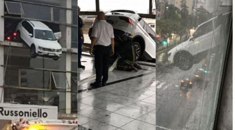 Un auto quedó colgando desde el segundo piso de una concesionaria: el conductor tuvo que ser rescatado