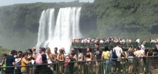 Coronavirus: mientras Argentina cerró el Parque Nacional Iguazú, Brasil tiene abierto el acceso a Cataratas y recibe miles de turistas, incluidos extranjeros