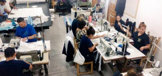 En la mutual de la Policía de Misiones confeccionan barbijos y trajes especiales para los equipos médicos