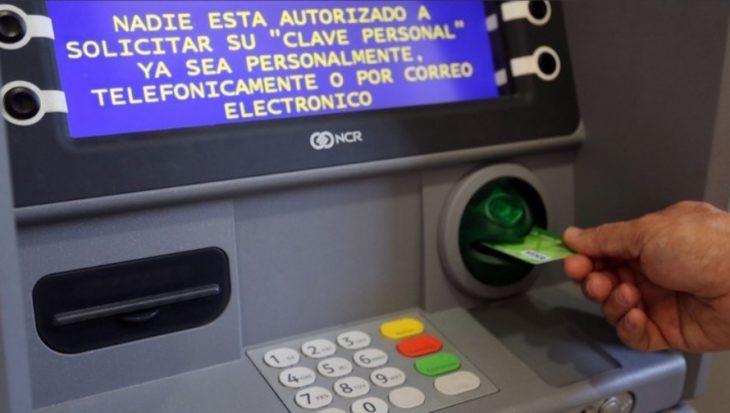 Jubilados y los beneficiarios de AUH podrán cobrar solamente a través de cajeros automáticos