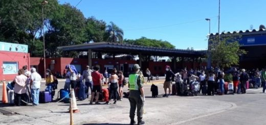 Miles de argentinos entran al país por Puerto Iguazú, son atendidos por el Gobierno de Misiones y luego evacuados a sus provincias