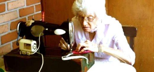Coronavirus: en Misiones una mujer de 89 años fabrica barbijos con su máquina de coser para donarlos al Hospital