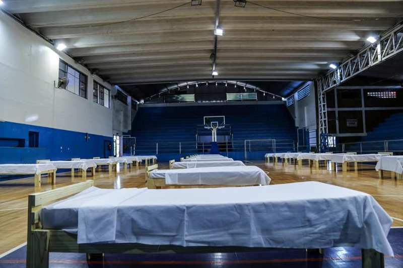 Coronavirus: las estremecedoras imágenes del Polideportivo de Eldorado, sede de grandes batallas deportivas, ahora equipado por la pandemia