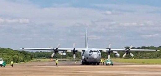 Coronavirus: un avión de la Fuerza Aérea trajo insumos médicos a Posadas y después trasladó a turistas varados en Iguazú