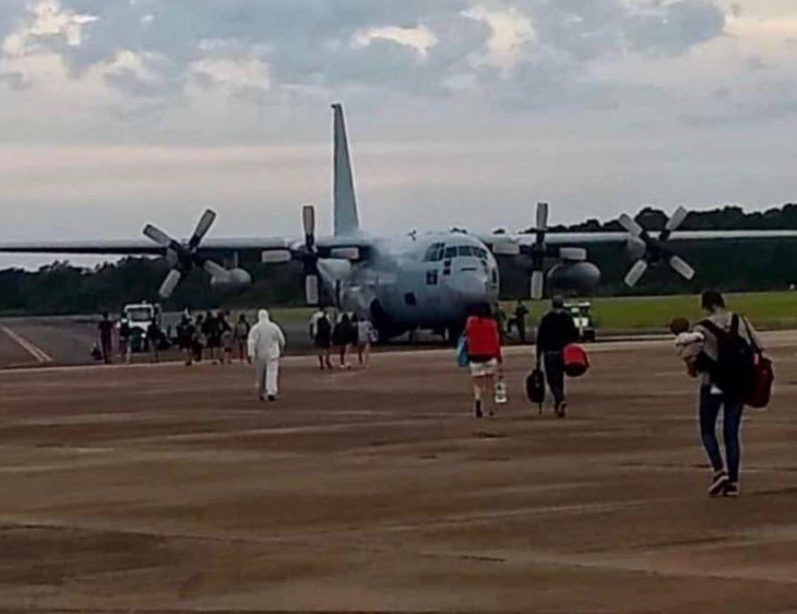 Iguazú: cientos de turistas viajaron este viernes a Buenos Aires con dos aviones de la Fuerza Aérea Argentina