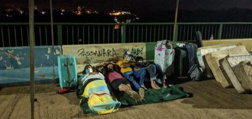 Con colchones húmedos y a la intemperie: así pasaron la noche los argentinos varados en el puente internacional Tancredo Neves