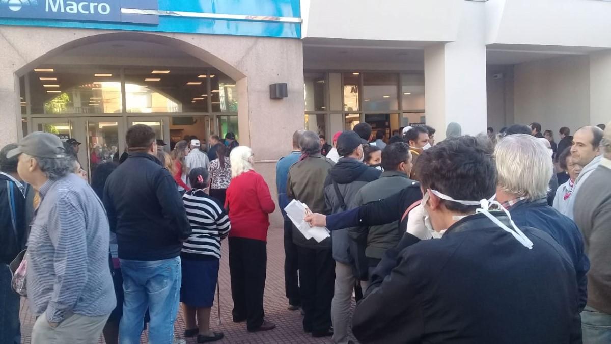 Largas filas en los bancos posadeños para cobrar jubilaciones y AUH sin respetar el distanciamiento social