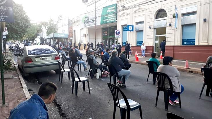 Coronavirus: con sillas que respetan la distancia prevista para esta cuarentena, la Policía de Misiones desplegó un amplio operativo de seguridad para la atención en bancos de toda la provincia