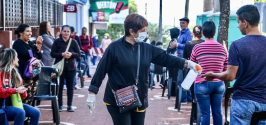 Coronavirus: en Eldorado el municipio con colaboración de las fuerzas realiza asistencia en las filas de los bancos