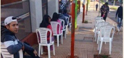Iguazú: el municipio ofrece sillas y elementos de higiene a las personas en las filas de los bancos
