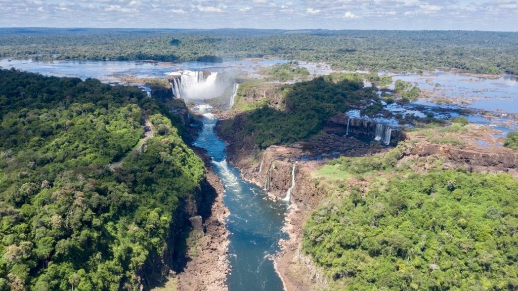 Bajante histórica del Paraná: ingeniero del INA descartó que los bajos niveles de agua en los ríos sean consecuencia de los embalses de las presas