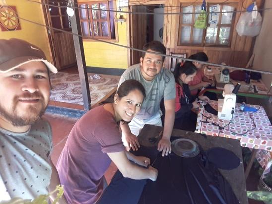 Héroes cotidianos: vecinos de Montecarlo elaboran barbijos con insumos donados y los reparten en los barrios de la localidad