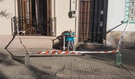 Uruguay: se cansó de estar encerrada y cercó la vereda para tomar mates al sol